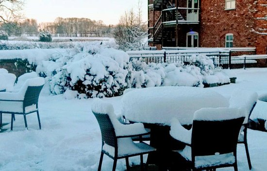 Oswestry, UK: Lovely snow on the outdoor tables!
