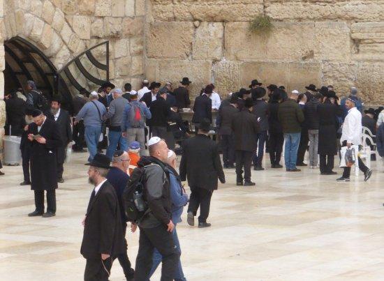 Mur des lamentations : innerhalb des Tores links kann man im Trockenen beten