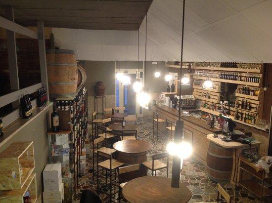 Segni, Itália: La zona Enoteca; dove è possibile degustare ottimo vino accompagnato da prodotti di qualità loca