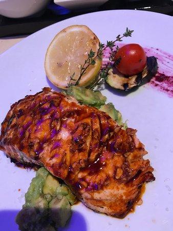 Kloten, Ελβετία: chilli coated salmon w avocado and veggies