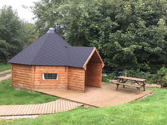 Alsop en le Dale, UK: Glamping - large timber Yurt with bed.