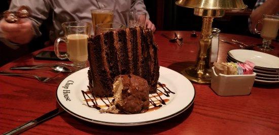 Morrisville, Carolina do Norte: Mile High Chocolate Cake