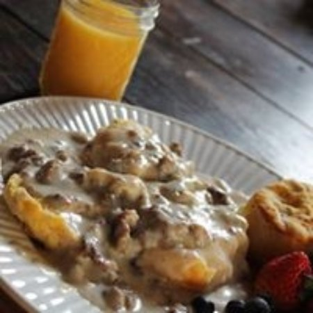 Bear Creek Bed and Breakfast Lodge and Cabins: Home made biscuits and gravy