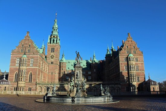 ‪‪Frederiksborg Castle‬: Frederiksborg slot - fountain at front entrance.‬