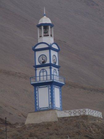 Torre del reloj, en la entrada a Pisagua.