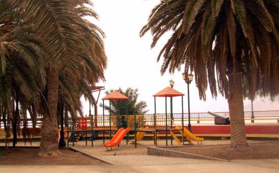 Plaza de juegos infantiles en Pisagua.
