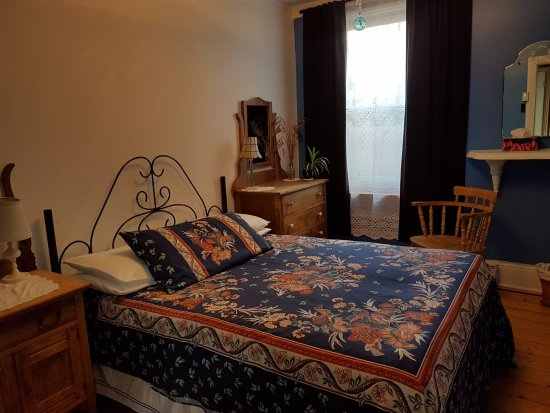 Gite Au Beau Milieu: Chambre Bleue au rez-de-chaussée, salle de bain privée