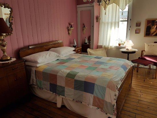Gite Au Beau Milieu: Chambre Rose à l'étage, salle de bain attenante et partagée