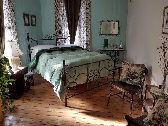 Gite Au Beau Milieu: Chambre Verte à l'étage, salle de bain partagée