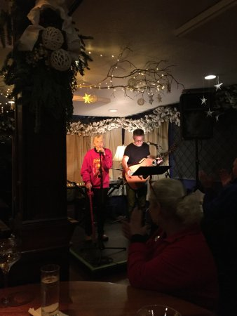 The Mews Restaurant & Cafe: One hell of a good singer