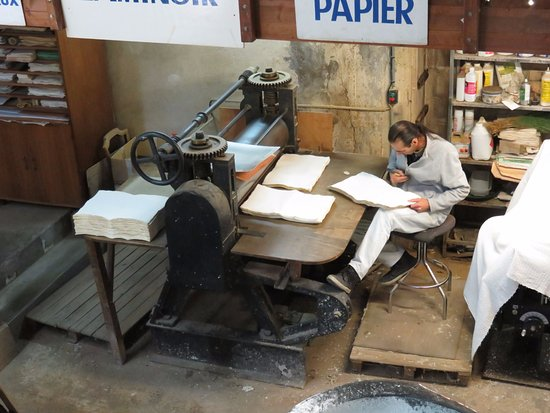 Fontaine de Vaucluse, Francia: Flaws in paper are meticulously scraped off by hand.