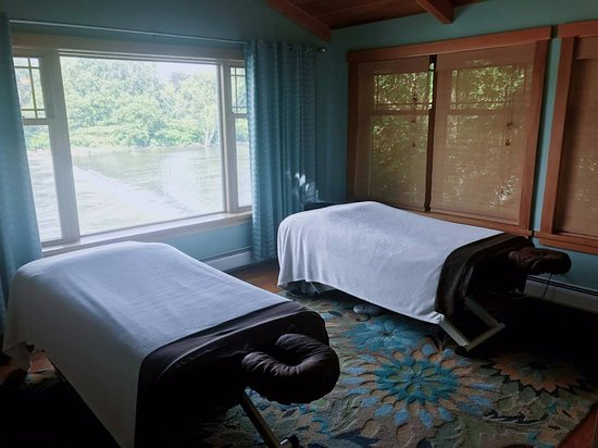 Knead Relief Massage: Our beautiful couples room overlooking the river!!