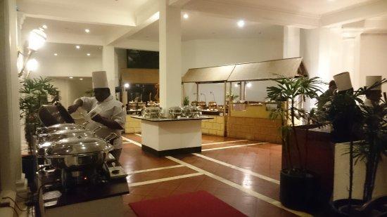 Entrée et jardin intérieur du restaurant - Picture of Mount Lavinia ...