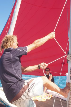 Kaiteriteri, นิวซีแลนด์: Lots to watch on board - here is the spinnaker going up!