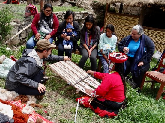 Ollantaytambo, Peru: Women from age 10 to 70, all thoroughly enjoyed the day with Awamaki.
