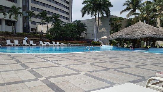 Hilton Colon Guayaquil: Piscina