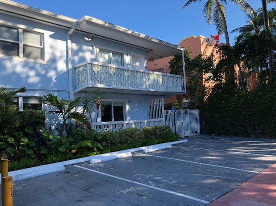 751 Meridian Apartments: entrada frontal com 5 vagas para estacionar