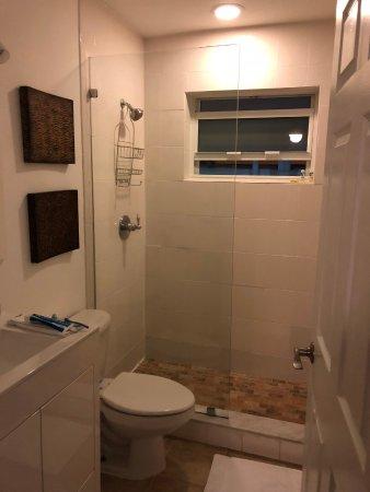 751 Meridian Apartments: box com chuveiro muito bom
