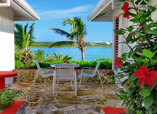Harbour Club Villas & Marina: Patio area by each villa with views of the lake