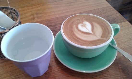 North Sydney, Australien: Cup of fresh cold water and a large Soy Latte