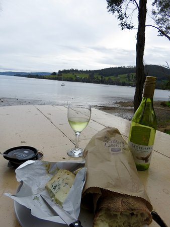 Cygnet, Αυστραλία: Picnic table at the water's edge (enjoyed some local goodies here!)