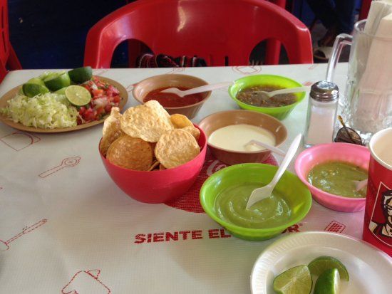 Los Algodones, Mexico: Chips and different sauces