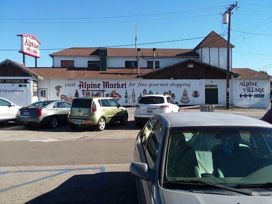 Torrance, Californië: Alpine Village Market, meat department, Bakery and groceries .