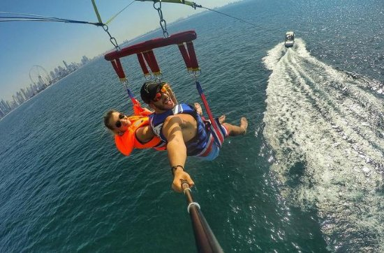 Parasailing utenfor Jumeirah Beach i...