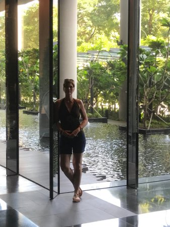 PARKROYAL on Pickering: The hotel lobby ... water and gardens everywhere you look. Superb!