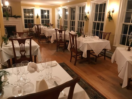 Windham Hill Inn: Dining room before the start of the dinner hour