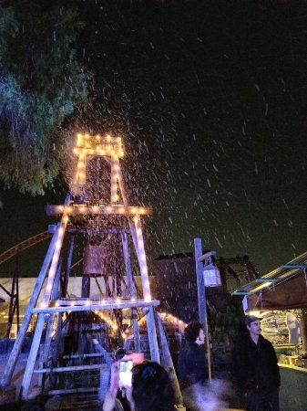 Buena Park, Καλιφόρνια: During Knotts Merry Farm it snows in SoCal