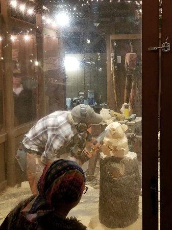 Buena Park, Kaliforniya: Akanei watching the chainsaw sculptor in action