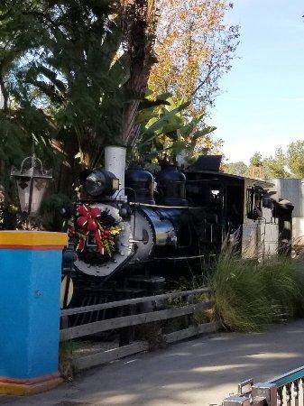 บูเอนาพาร์ก, แคลิฟอร์เนีย: Train decorated with a wreath