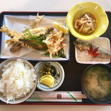 Saiki, Japon : 季節限定 「番匠鮎天定食」。