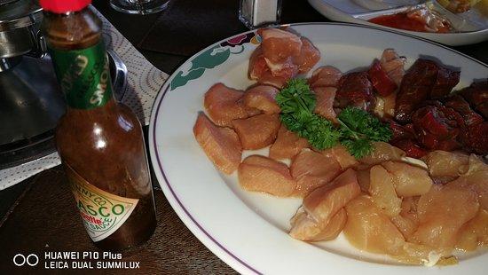 Berlingen, Schweiz: Bourgignonne Fleischstücke statt Fleischtranchen für Fondue à discrétion
