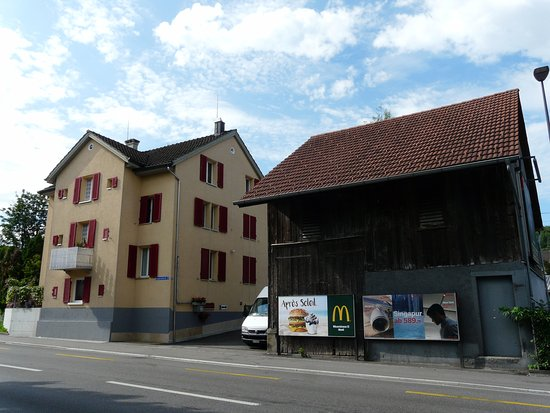 Wetzikon, Szwajcaria: Разница между зданиями в полтораста лет.