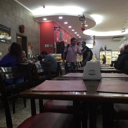 Sao Caetano do Sul: As mesas ficam no fundo da padaria