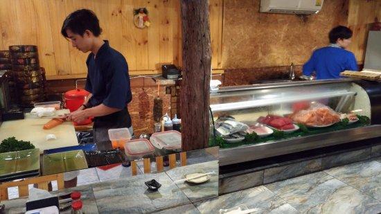 Clayton, MO: 注文が入ってからカットされる寿司ネタ