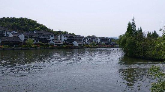 Shaoxing, Chiny: 乘畫舫經過的魯家客棧景色