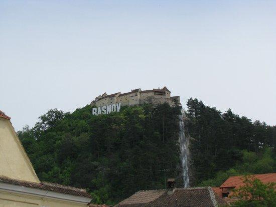Rasnov, Romania: Widok zamku z miasteczka... jak Hollywood..
