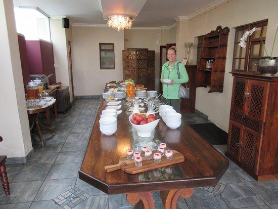 Misty Waves Boutique Hotel Hermanus: Cold Buffet for Breakfast plus hot food to order.