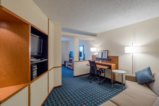Streetsboro, OH: Newly Renovated King Suite - living space