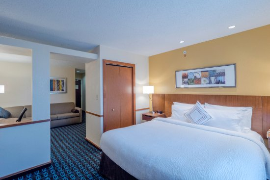 Streetsboro, OH: Newly Renovated King Suite - sleeping space