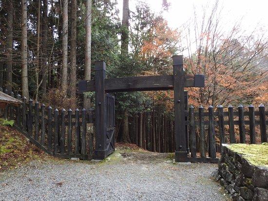 Shiso, Japan: 管理事務所のある門です。8:30~17:00までが見学できる時間です