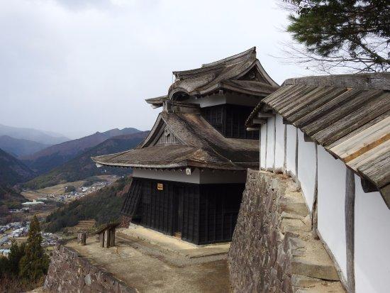 Shiso, Japan: すぐ脇は崖です。凄い場所にあるなー