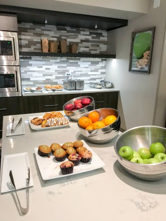 Glenview, IL: Elite Pantry breakfast - sparse, but acceptable