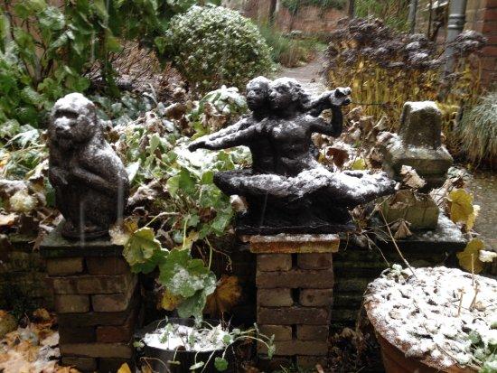 Maarssen, Holandia: EEn klein beetje sneeuw en onze tuin ziet eruit als het Bomarzopark in Italie