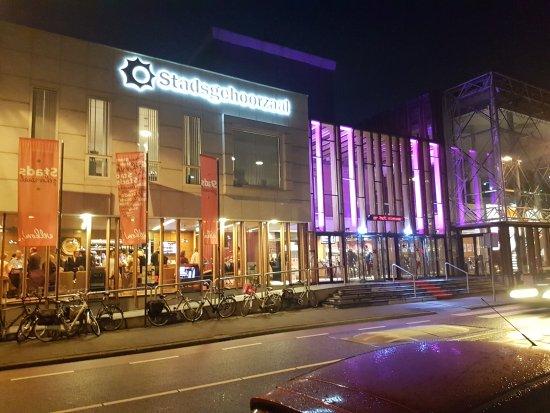Vlaardingen, The Netherlands: De stadsgehoorzaal in de avond met een feestavond.