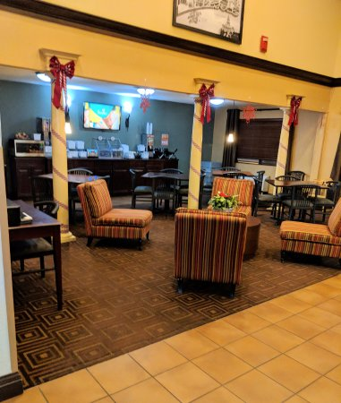 Super 8 by Wyndham Fairview Heights-St. Louis: Lobby and breakfast area