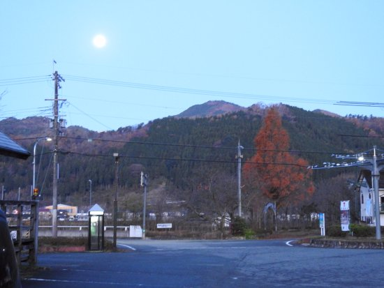 Asago Michi-no-Eki Muraokoshi Center: 12月の早朝はさすがに寒いです。月も寒そう!